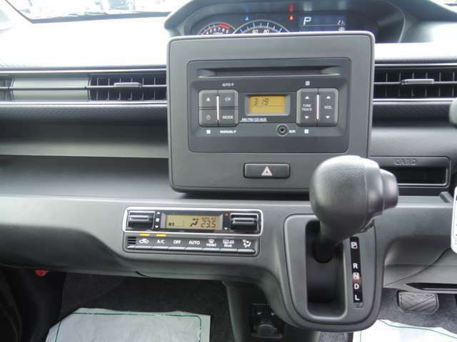 フルオートエアコンですので、自動で車内を快適にできます♪また、純正CDオーディオをナビに交換する等のご依頼も承ります!