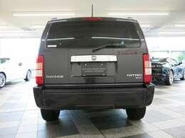 高いベルトライン、ホイールはボディの四隅に配置したミッドサイズSUVモデルです。