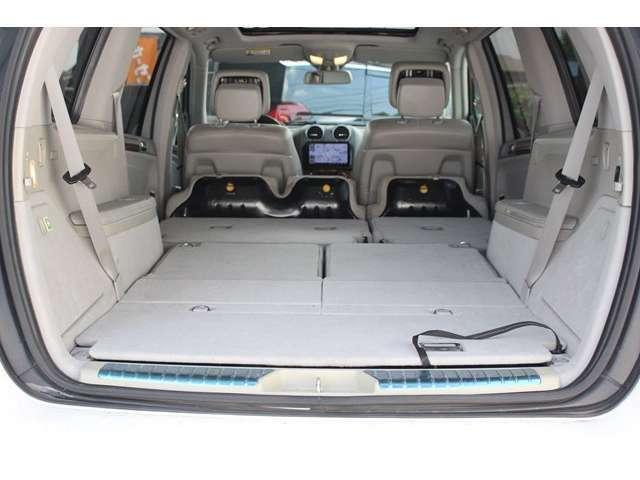 サードシートを電動で格納すると広大なトランクになります!