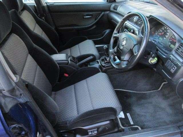 運転席は電動シートですのでご自分の体の適した位置に細かく設定が可能です♪足元は広々としており窮屈感等のストレスを感じることなく運転することが出来ます♪