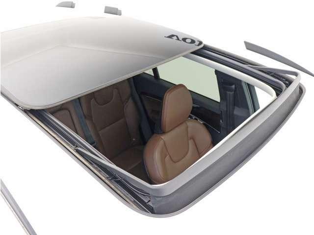チルトアップ機構付電動パノラマ・ガラス・サンルーフは、インテリアのすみずみまで自然の光を届けます。前後方向にキャビン全体をカバーしているので、どの席に座っていても明るさを満喫できます。