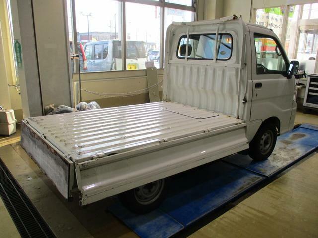荷台アオリは三方開き。フラットな荷台で効率よく荷物の積み降ろしができます。