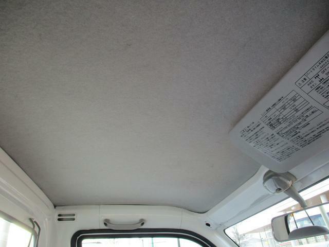 車内の天井は比較的きれいな状態が保たれています。