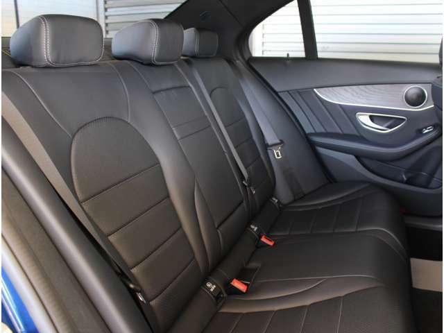 後部座席も快適な乗り心地をです。ご試乗の際に是非、後ろに乗ってお確かめください。