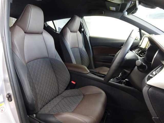 フロントシートはフィット感がよく、走行中のブレが気になりません。シート表皮は部分革シートで高級感を演出。
