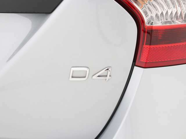 【D4】洗練されたクリーンディーゼルターボエンジンと、変速動作のなめらかな8速ギアトロニック付オートマチック・トランスミッションとの組み合わせで、効率性と意のままの走りを両立しています。