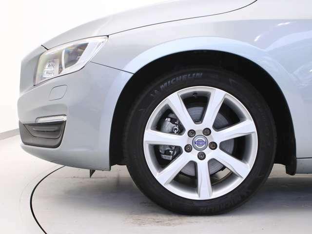 快適な乗り心地と確かなハンドリングを両立する17インチサイズのアルミホイール。勿論インテリセーフ標準装備により歩行者検知機能付フルオートブレーキをはじめとする革新的安全装置を標準搭載します。
