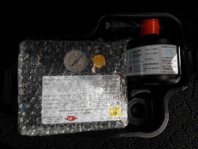 【パンク修理キット】 何かがタイヤに刺さった場合、応急的に溶剤を流し込み、小型コンプレッサーでタイヤに空気を注入し、走ることができます。
