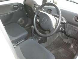 シンプルな運転席です