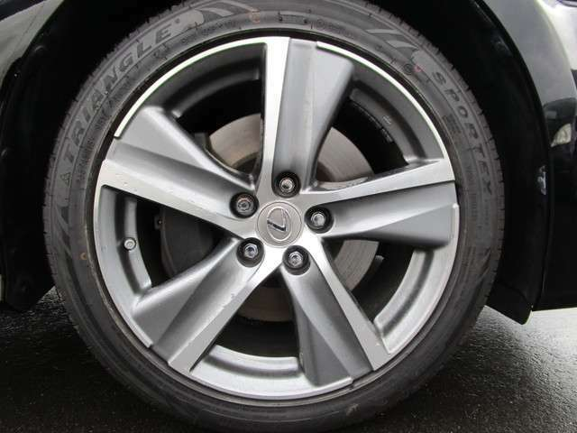 純正の18インチアルミホイール!タイヤの溝もまだまだあります!