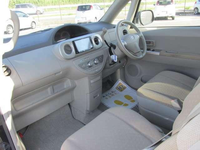 運転席も助手席も程度の良い状態が保たれております。乗り降りの際に触れる部分の劣化はありますが、大きな痛みは見受けられません。