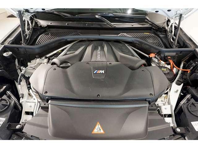 V型8気筒DOHCツインターボエンジンを搭載しています。