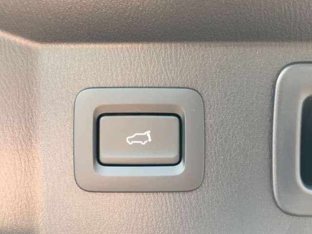 ◆電動リアゲート 荷物を抱えた状態でもリアゲートの開閉が可能です。お買い物時やアウトドアの際に役立ちますね!