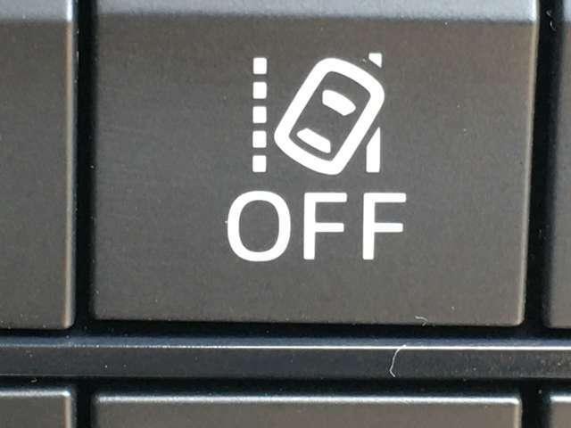 ◆車線逸脱警報 道路上の白線(黄線)をカメラで認識し、ドライバーがウインカー操作を行わずに車線を逸脱する可能性がある場合、ブザーとディスプレイ表示により注意を喚起します。