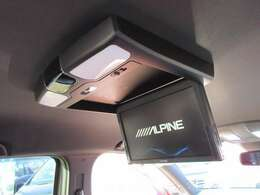 アルパインフリップダウンモニター付きになりますので後席の方でも飽きずのドライブが可能です♪