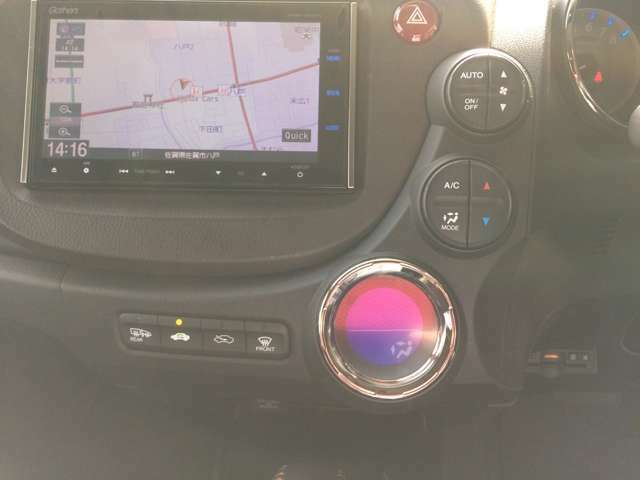 タッチ式エアコンパネルでスマートかつ操作もオートエアコンでワンタッチ!