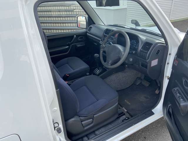 内装はシートの破れや穴はございません。