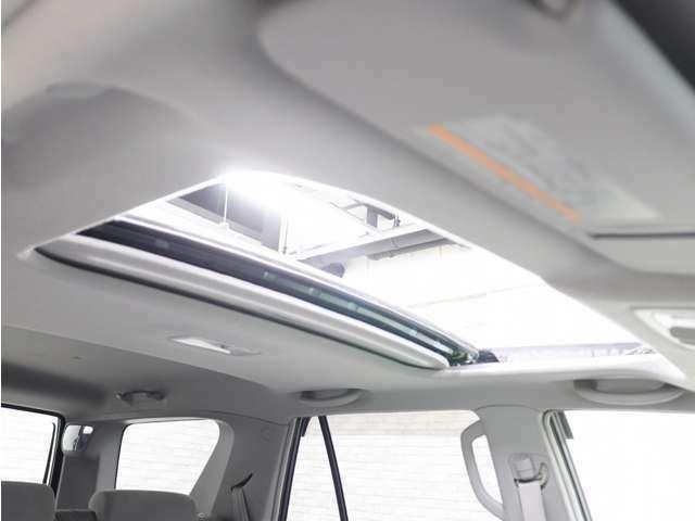 ガラスサンルーフは車内の雰囲気を明るく、開放的にしてくれる嬉しいアイテムですね!(^^)!