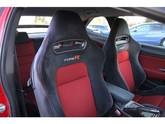純正バケットシート☆シート表皮にはアルカンターラが使用されており高級感もございます♪4点式シートベルトにも対応☆