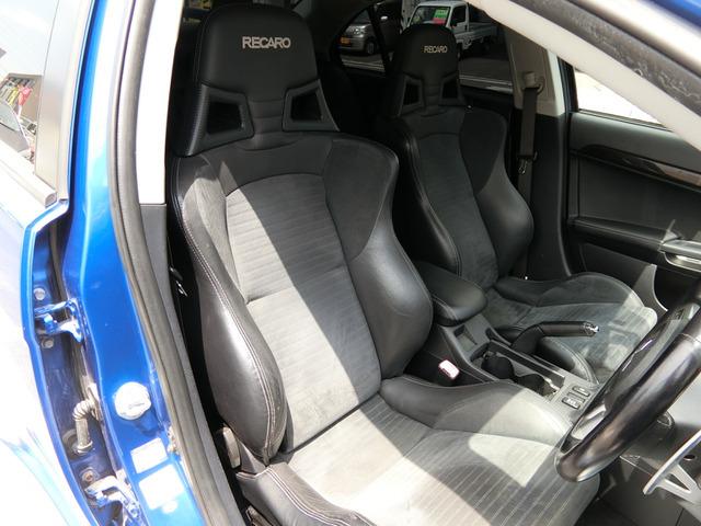 前席はレカロシートになっています!フル装備!HID・ABS・CD・HDDナビ・スマートキー・ETC・フォグ・オートエアコン・など嬉しい装備です。