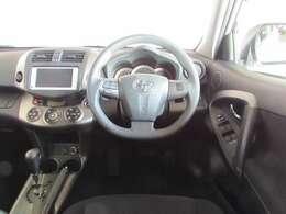 握りやすいハンドルと、見やすいデジタルメーター.。CVTフロアーシフトで操作性良く運転しやすい車です!