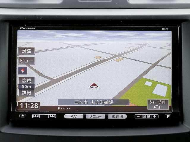 【メモリーナビ】こちらの車はメモリーナビを装備しております。高性能なナビ機能の他、CD音楽の再生やDVD、TV視聴、Bluetooth接続も可能にできます。ドライブ中の楽しみも増え、便利でお得な装備でございます