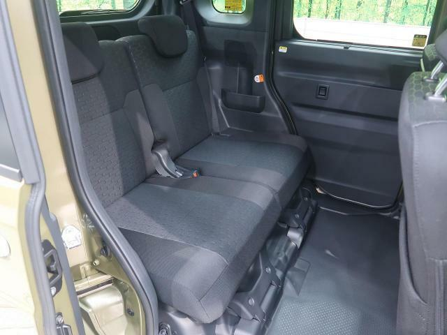 後部座席もゆったりと座れるスペースが確保できます!!足元も広々しております☆大人数でのお出かけも会話が弾みますね♪