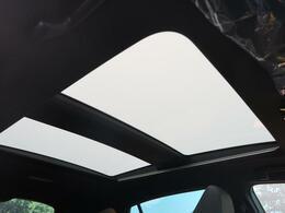 調光パノラマルーフが装備されています。光の加減を調整できるようになっていて快適な明るさに調整して頂けます。