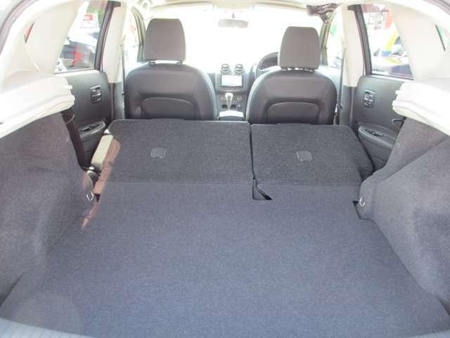 後部座席を倒すことにより、多くの荷物を載せることができます。シートアレンジも色々できて便利♪