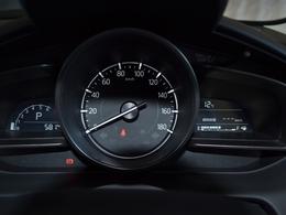 中央に大型のスピードメーターを配置し、その両側にタコメーターとディスプレイを配置したスポーティなメーター!走行距離は僅か580kmです!