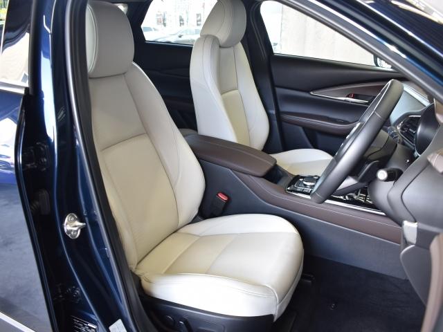 運転席は、スイッチ操作で腰のポジションを調整できるランバーサポートと、あらかじめメモリーしておいたシートのポジションにセットできるシートメモリー機能が付いた10Wayパワーシートになってます