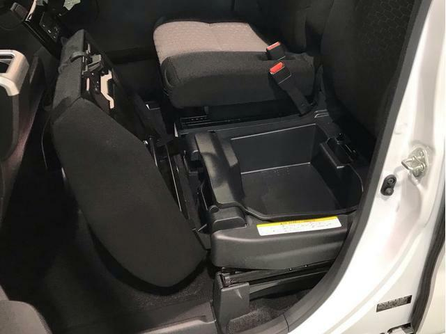 助手席シートを持ち上げると収納スペースがあります
