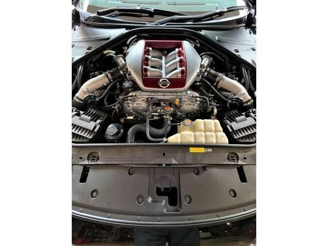 出力419kW(570ps) / 6,800rpm トルク 637N・m(65.0kgf・m/3,300-5,800rpm) (カタログ値)を発生するV型6気筒DOHCツインターボエンジン搭載。