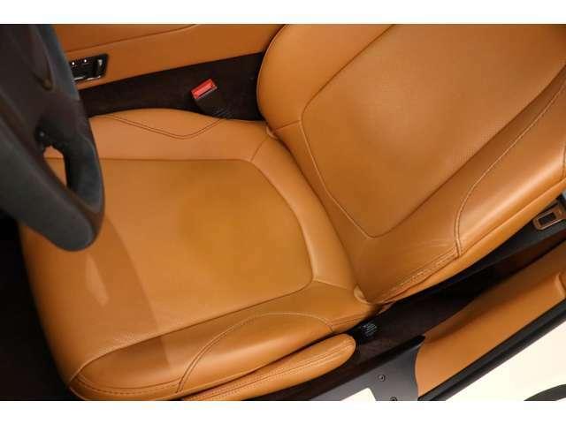 運転席の使用感も少なくキレイなコンディションを保っております。