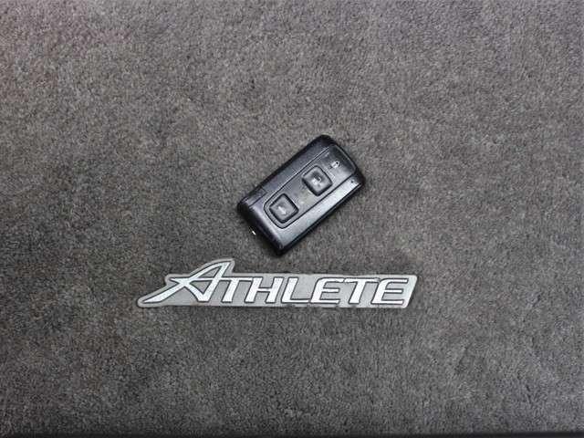 スマートキーも装備されていてお車の高額装備のひとつです!!カバンの中から鍵を探す手間もなくすぐに開閉できます!両手が荷物で塞がっている時や雨のときなど便利ですね!