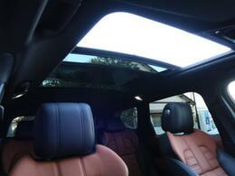 明るく開放的な光を生み出し広々とした空間を演出する開閉可能なOPの電動パノラミックルーフ!快適な車内温度を維持し日差しの影響を抑えるとともにプライバシーを保つガラスを採用。電動サンブラインドも装備!