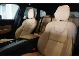 キャメルレザーシートは、低走行車らしい、とても清潔感のあるシートで、シミや切れ・破れなどありません。気になるようなスレもなく、シート表皮の毛先が荒れた感じなどもありません。