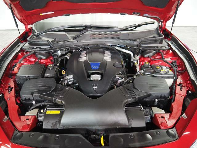 マセラティの100年の歴史が詰まった、3リッターV6ツインターボエンジン 410馬力(カタログ値)。是非店頭でその走りやエギゾーストを、肌で、耳でご体感ください。