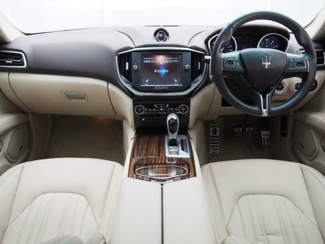 インテリアは8方向電動調整式フロントシート、エバーノウッドインテリアトリム、シートヒーターが装備され、スポーティーな走りの楽しみと快適性を両立。