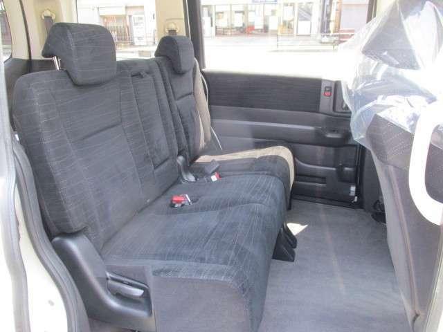 セカンドシートも足元広くゆっくり座れます!!