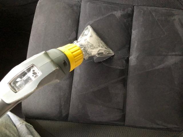 当店は布シートを洗浄する際ケルヒャー業務用カーペットリンスクリーナーを使用します。洗浄剤を吹きつけバキューム機能で洗浄剤と汚れを吸い取ります。肌触りの良い清潔なシートに仕上がります※本革シート使用不可
