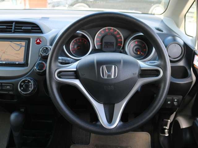 【エアバック搭載車】今や定番の車の装備となったエアバック。自動車が衝突したときに窒素ガスによって瞬時に膨らみ、車に乗っている者がハンドルや、ダッシュボードに叩きつけられるのを防ぎます。