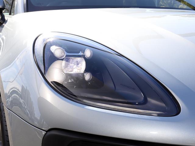 デイタイムランニングライトを4灯内蔵したLEDヘッドライト
