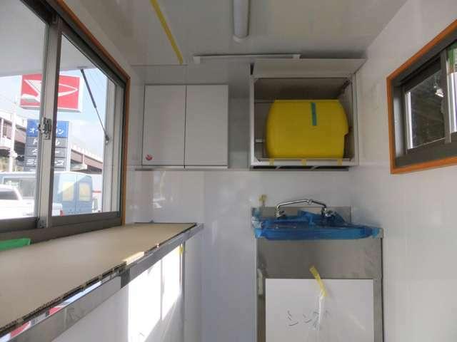 ◆11.2層シンクがついており50リットルの給水タンクと20リットルの排水タンクがついております。続いて左手にあるのが作業台になっております!