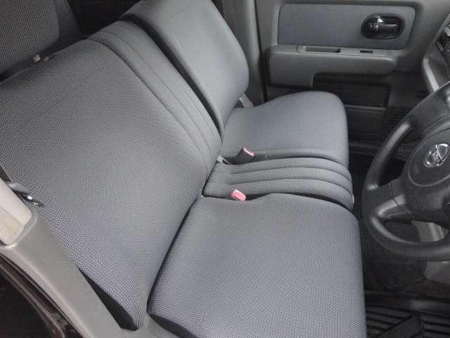 【ベンチシート】左右への移動が楽にできるので、狭い駐車場などに駐車した時など運転席側ドアが開けられない状況になった場合、助手席側にスムーズに移動して出ることができます!