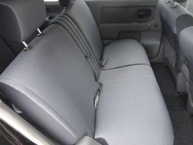 【*後部座席席*】シートも張りが有り上質です。内装の綺麗なお車は、気持ちが良いですし、内装の綺麗なお車はコンディション良好のモノが多いです。前のユーザーが丁寧に使っていた証拠です。