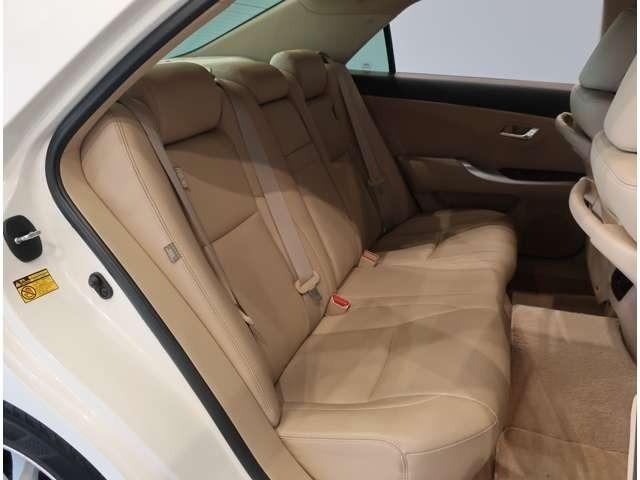 後部座席はゆったり座れ論ぐドライブを楽しめます