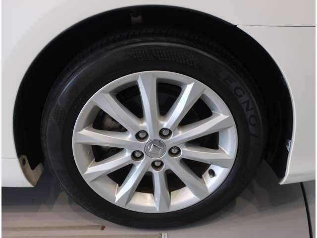 タイヤサイズは215-55R-17 アルミホイール付き