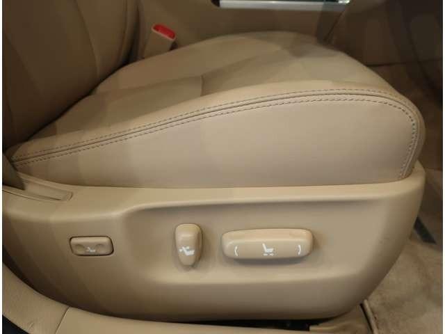 運転席はパワーシートでスムースな乗り降りをサポートします