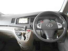 シンプルなデザインで使いやすいデザインの運転席周り。